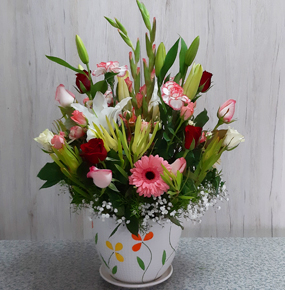 Red And White Roses Bouquetin a vase